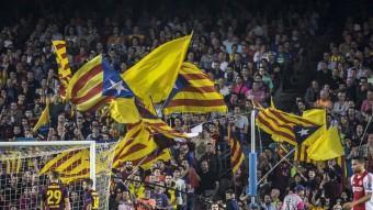 Banderes grogues, i només grogues al gol sud, nou emblema de llibertat a l'estadi del Barça ALBERT SALAMÉ