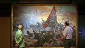 Jordi Millet i Nicolau Domingo admiren la gran tela d'Antoni Estruch 'L'Onze de Setembre del 1714' al Museu d'Història de Catalunya JUANMA RAMOS