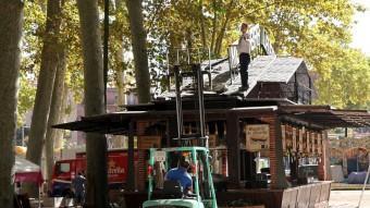 Treballadors amb un toro mecànic en el muntatge de les atraccions que s'instal·len a la Devesa de Girona JOAN SABATER