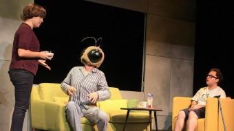 Una escena de 'Bluf', amb abella parlant inclosa LLUÍS SERRAT