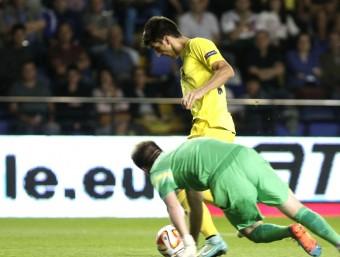 Gerard Moreno dribla el porter, ahir al Madrigal EFE