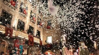 La plaça del Vi va vibrar i emocionar-se amb el pregó de Fires d'Astrid 21 i el Cor Geriona.  Lluís Serrat