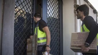 Agents de la policia espanyola enviats pel fiscal anticorrupció entrant al domicili d'Olaguer Pujol. A. SALAMÉ
