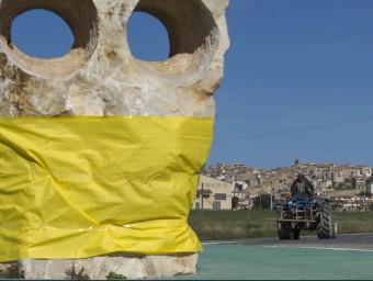 Una escultura a l'entrada d'Horta embolicada de groc. JOSÉ CARLOS LEÓN