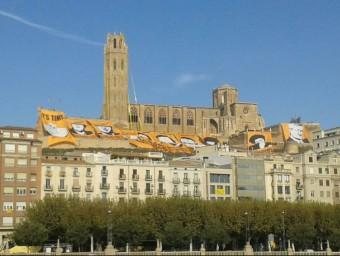 Als peus de la Seu Vella de Lleida l'ANC ha penjat els murals internacionals on es reclama als líders mundials que donin suport a la consulta