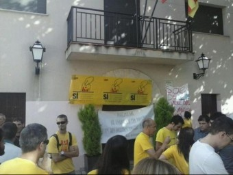 Una imatge de diverses persones davant de l'Ajuntament de Pontons @CUPVILA