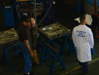 Treballadors de Dicomol, a la planta de Montcada i Reixac.  ARXIU