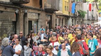 Una gentada pel centre de Girona durant la cercavila que es va celebrar la diada de Sant Narcís. DANI VILÀ
