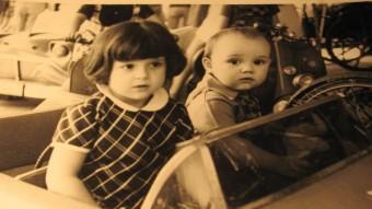 L'actual regidora Glòria Plana de Girona en una foto amb el seu germà per Fires a principi de l'any 70.