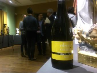 Una ampolla del flamant vi durant el tast de presentació, celebrat al Museu dels Sants d'Olot. R. E