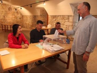 Un votant ahir al matí en el referèndum de Lladó JOAN SABATER