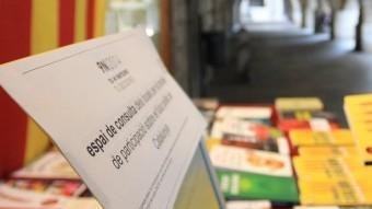 L'establiment gironí ha posat a peu de carrer i a disposició dels clients i ciutadans un ordinador per poder consultar on s'ha d'anar a votar LLUÍS SERRAT