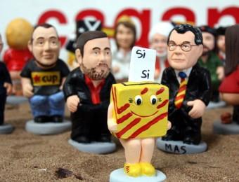 L'urna del -N pel sí i sí i el nou caganer de David Fernàndez, de la CUP, darrere de Junqueras i al costatde Joan Herrera ACN