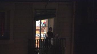 Una veïna de Barcelona repica una cassola a les 10 de la nit d'aquest dimarts ACN