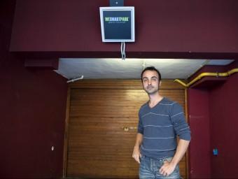 Jaume Mayor davant un dels pàrquings associats ubicat al centre de Barcelona.  JOSEP LOSADA