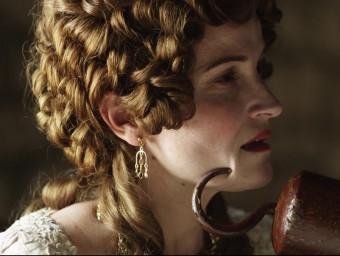 Cristina Genebat interpreta Marianna de Copons a 'H', una espia al servei de la resistència catalana que s'enfrontarà a l'oficial borbònic Pierre Le Guerchois (Àlex Moreu) LASTOR MEDIA