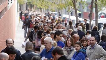 Cues per votar a l'Institut IES Vallès de Sabadell Oriol Duran