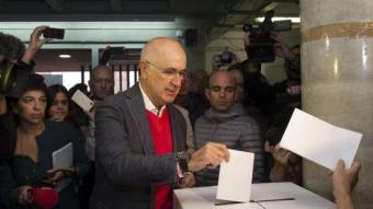 Duran votant al col·legi Orlandai, al barri de la Bonanova de Barcelona