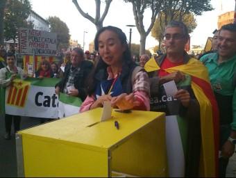 Manifestants votant davant la Prefectura de Perpinyà ahir, durant la Diada de la Catalunya Nord A.R