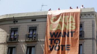 Una pancarta gegant demanant el vot a Europa. AGÈNCIES