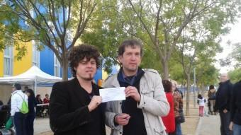 Joanjo Bosk i Joan-Lluís Lluís, ahir al migdia amb la papereta davant l'institut Olivar Gran de Figueres, on es van fer llargues cues per votar. M.VICENTE