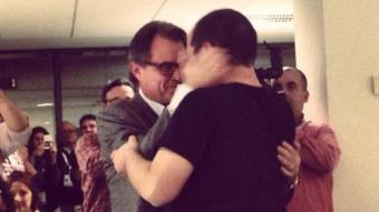 Mas i Fernández es fonen en una emotiva abraçada en el Centre de Recollida d'Informació ACN