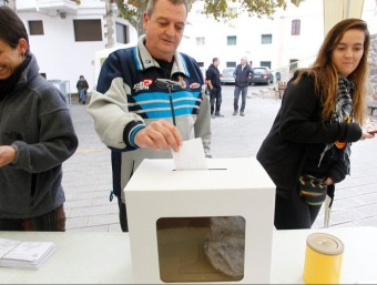 La urna alternativa que es va instal·lar a la plaça de la vila. J.C. LEÓN