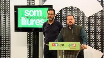 El portaveu adjunt d'ICV-EUiA al Parlament, Joan Mena, i el secretari general d'ICV, Josep Vendrell, a la seu d'ICV per valorar la participació en la votació ACN