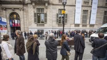 La cua per votar ahir al matí, al Palau Robert, a Barcelona, que en alguns moments va arribar a ser de 40 minuts ALBERT SALAMÉ
