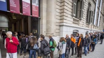 La llarga cua que hi havia ahir al matí al Palau Robert de Barcelona, on encara es podrà votar fins el proper dimarts dia 25 ALBERT SALAMÉ
