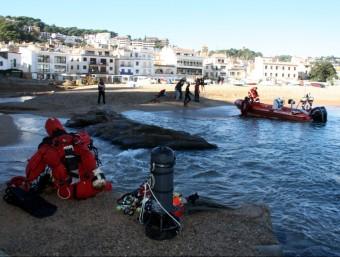 Bussejadors dels Bombers a Tossa per buscar el pescador perdut. A. RECOLONS/ACN