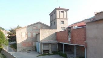 Una imatge de l'antiga fàbrica de la Preparació Textil de Ripoll, ubicada al barri de la Carretera de la Barcelona, estratègiament, entre l'accés sud de la vila, el riu Ter i l'entrada al centre de la capital del Ripollès. J.C