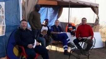 Treballadors d'A.J. Ruz, acampats davant l'empresa. JOAN SABATER