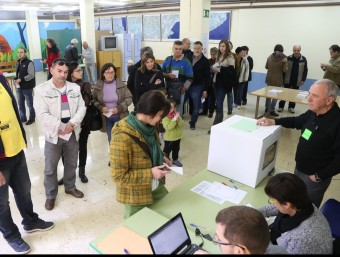 Un grup de votants a Olot el passat diumenge 9 de novembre.  ARXIU /MANEL LLADÓ