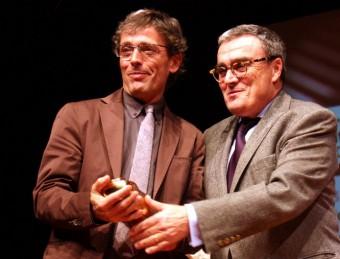 L'alcalde de Lleida, Àngel Ros, lliura la Libertinella al guanyador del 31è premi d'assaig Josep Vallverdú, Carlos Ruiz ACN