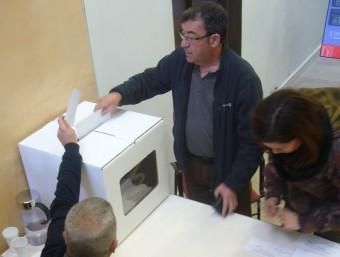 Un veí d'Horta votant ahir a la delegació del govern a l'Ebre. L.M