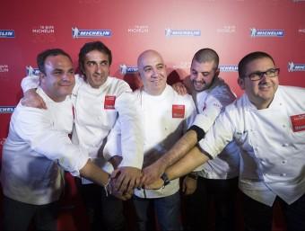 El xef de l'Aponiente, Ángel León, posa amb els seus col·legues, José Carlos García, Diego del Río, Jaume Puigdengolas i Dani García, després d'obtenir la seva segona estrella Michelín en l'edició de 2015, aquest dimecres a Marbella EFE
