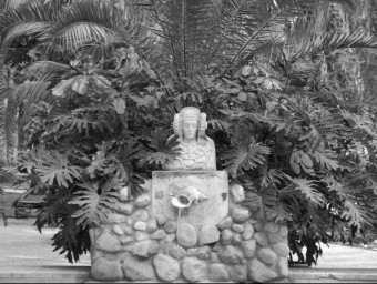 """Reproduction of the sculpture of the Lady of Elche, at """"El Huerto del Cura"""".  Archive"""