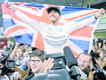 Hamilton celebra el títol mundial aconseguit a Abu Dhabi, ahir EFE