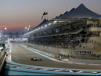 Hamilton cavalca en solitari cap a la victòria i el títol mundial a Abu Dhabi. Rere seu, una avaria ha enfonsat Rosberg ALI HAIDER / EFE