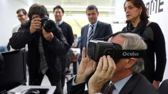 Xavier Trias usa unes ulleres de realitat virtual en presència d'Agustí Cordón ahir en un acte a Barcelona JUANMA RAMOS
