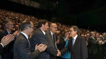 El president Mas i el dirigent d'ERC, Oriol Jonqueres es saluden a l'Auditori Fòrum de Barcelona. EL PUNT A VUI