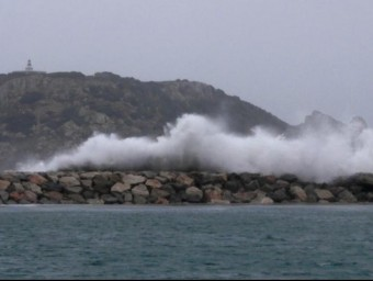 La situació marítima es va anar complicant ahir a l'Estartit, on es van registrar onades d'entre tres i quatre metres d'alçada. JOSEP PASCUAL