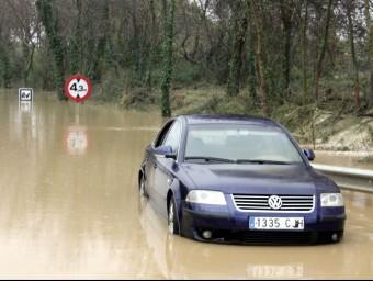 Molts cotxes han quedats atrapats per l'aigua com aquest a la C-31 ACN