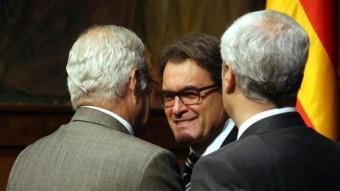 El president del govern, Artur Mas, parla amb el fiscal superior de Catalunya, José María Romero de Tejada, en presència del conseller de Justícia, Germà Gordó, aquest dilluns al Palau de la Generalitat ACN