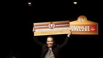 Roger Peña rebent el diploma de guanyador del torneig , a La Planeta ahir ala nit. CARLES PALACIO