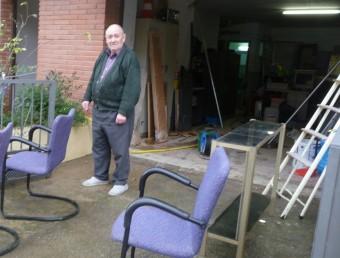 Un veí del barri del Camp dels Enginyers , a Vilafant, que ahir acabava de netejar després del pas de l'aigua E. C