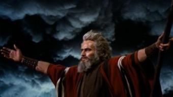 Charlton Heston en una coneguda imatge de Moisès, invocant a Déu perquè obri les aigües del mar Roig ARXIU