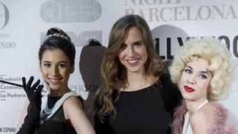 Aina Clotet, amb dues figurants, a la catifa vermella de la Festa dels Candidats MARTA PÉREZ