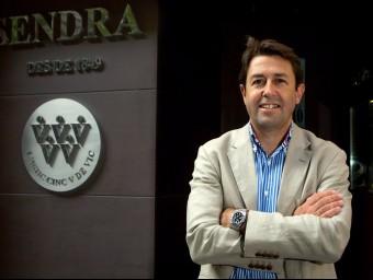 El director general de Can Duran, David García-Gasull, davant un distintiu de Casa Sendra.  ARXIU/CAN DURAN